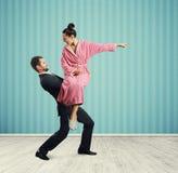 Человек держа сердитую молодую жену Стоковые Изображения RF