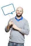 Человек держа усмехаться знака пузыря речи Стоковые Изображения RF