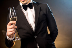 Человек держа шампанское стеклянный Стоковое фото RF