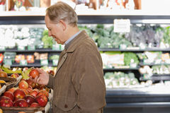Человек держа яблоко стоковое изображение