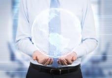 Человек держа hologram земли Стоковая Фотография