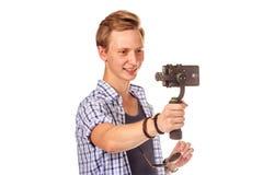 Человек держит малую камеру действия на карданном подвесе Стоковая Фотография RF