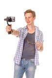 Человек держит малую камеру действия на карданном подвесе Стоковые Фото