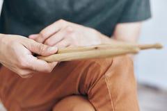 Человек держит ручки барабанчика, барабанщика, музыкальные инструменты Стоковые Изображения