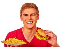 Человек есть большой сандвич и зажаренные картошки Стоковые Изображения RF