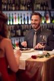 Человек есть в ресторане с женщиной Стоковое Изображение