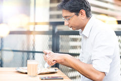 Человек есть еду на столовой Стоковые Изображения RF