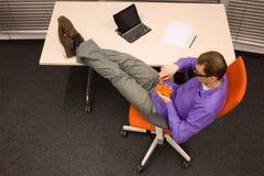 Человек есть морковь в офисе Стоковые Изображения