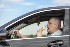 Человек есть мороженое Стоковые Фотографии RF