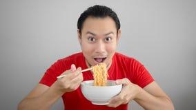 Человек ест лапши стоковая фотография rf