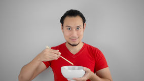 Человек ест лапши стоковая фотография