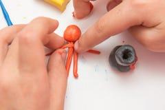 Человек детей отлитый в форму руками от глины Стоковая Фотография