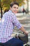 Человек ехать велосипед в городе стоковое фото rf