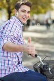 Человек ехать велосипед в городе стоковые фото
