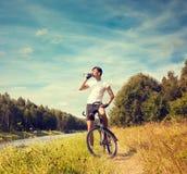 Человек ехать велосипед на предпосылке природы Стоковое Изображение