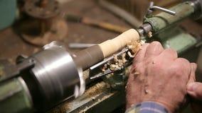 Человек делает деревянную деталь на токарном станке сток-видео
