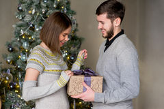 Человек делает подарок к женщине для рождества Стоковые Изображения