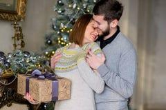 Человек делает подарок к женщине для рождества Стоковые Фотографии RF