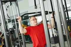 Человек делая задние тренировки на спортзале пригодности Стоковое Фото