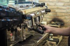 Человек делая кофе в машине кофе Стоковое Фото