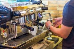 Человек делая кофе в машине кофе Стоковые Фото