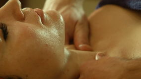 Человек делая массаж в салоне курорта видеоматериал