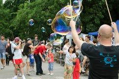 Человек делая пузыри мыла Стоковая Фотография