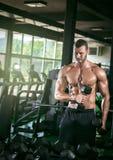 Человек делая скручиваемости в спортзале Стоковые Фотографии RF