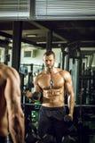 Человек делая скручиваемости в спортзале Стоковое Фото