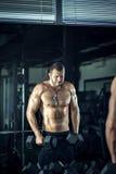 Человек делая скручиваемости в спортзале Стоковые Фото