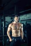 Человек делая скручиваемости в спортзале Стоковое фото RF