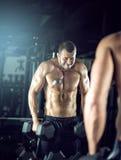 Человек делая скручиваемости в спортзале Стоковые Изображения