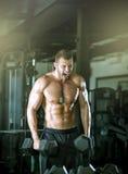 Человек делая скручиваемости в спортзале Стоковая Фотография RF