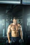 Человек делая скручиваемости в спортзале Стоковая Фотография