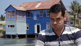 Человек делая смешную сторону и старый дом Стоковое Изображение RF