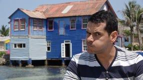 Человек делая смешную сторону и старый дом Стоковое фото RF