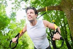 Человек делая спорт слинга тренера подвеса Стоковое Изображение