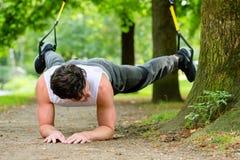 Человек делая спорт слинга тренера подвеса Стоковая Фотография RF