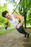 Человек делая спорт слинга тренера подвеса стоковые изображения