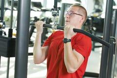 Человек делая тренировки на спортзале фитнеса Стоковые Фотографии RF