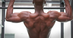 Человек делая тягу поднимает на спортзале crossfit видеоматериал