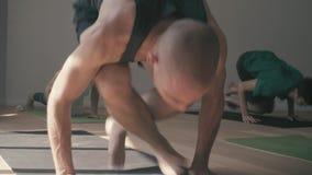 Человек делая asana йоги Pashchimotthanasana