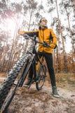 Человек едет велосипед в лесе Стоковые Изображения