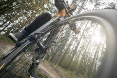Человек едет велосипед в лесе Стоковая Фотография RF