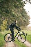 Человек едет велосипед в лесе Стоковое фото RF