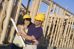 Человек женщины обнимая на строительной площадке Стоковая Фотография