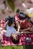 Человек женщины подавая пока участвующ в пикнике в парке Стоковое фото RF