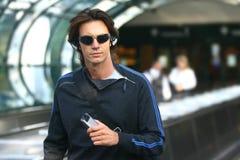 Человек ждет его полет Стоковая Фотография