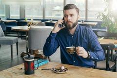 Человек ждет коллеги в кафе запачканная предпосылка lifestyle стоковое изображение rf