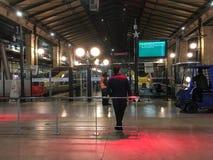 Человек ждет поезд в Gare du Nord, Париже, Франции Стоковая Фотография